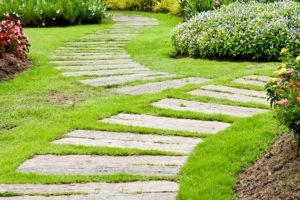 Пошаговые дорожки в саду