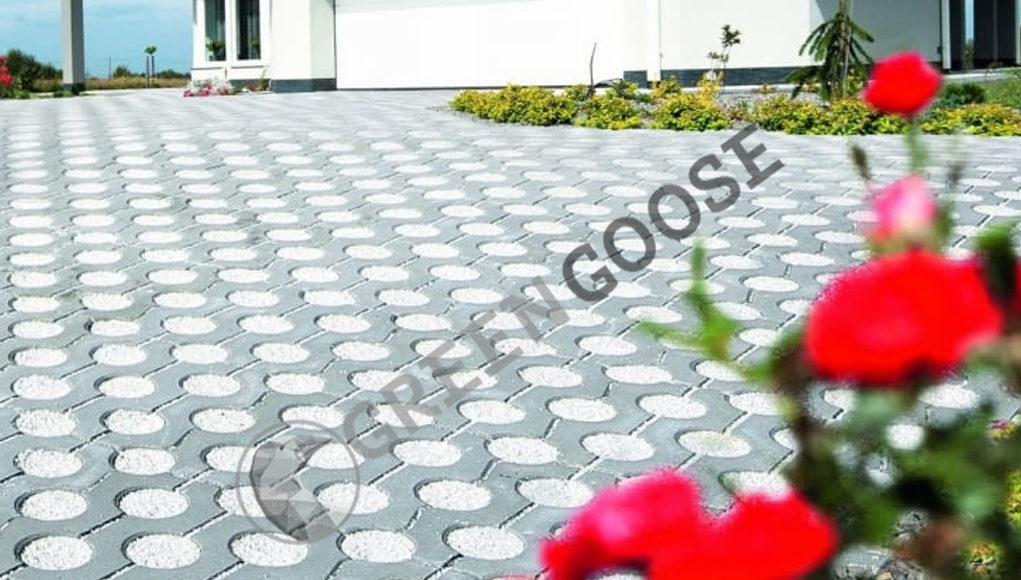 Ажурные элементы из лепного бетона облегчают отвод воды с поверхности. Гринго; размеры: 40 х 40 х 8 см; цвета: серый, красный, графитовый; цена: 600,4 руб. / м2. (Серый); 800 рублей / м2. (красный, графитовый)