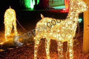 Светящиеся олени, сани с Дедом Морозом, снеговики - все более частые украшения сада.