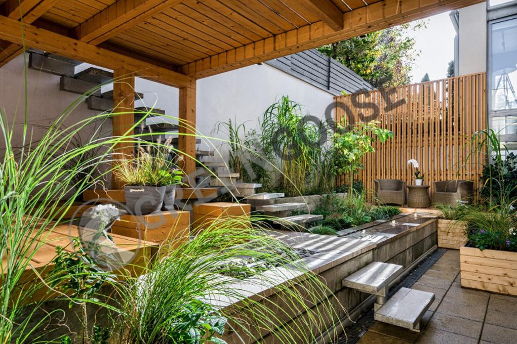 Этот внутренний дворик имеет несколько уровней. Растения, посаженные в широкие приподнятые грядки и большие ящики, можно рассматривать под разными углами: снизу, сбоку или сверху.