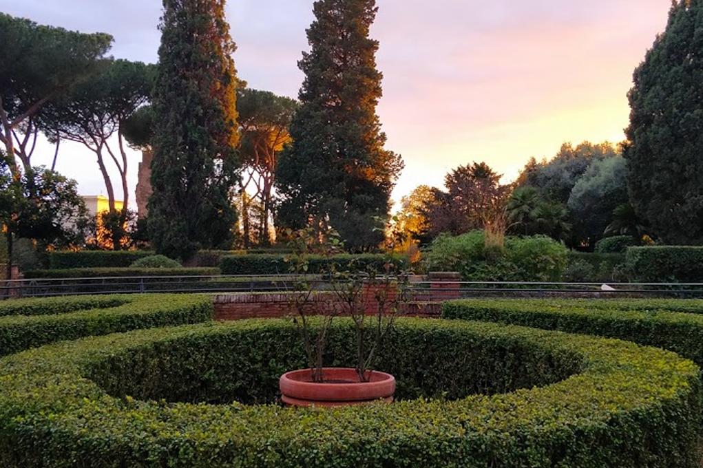Очертания классического итальянского сада геометрические и симметричные.
