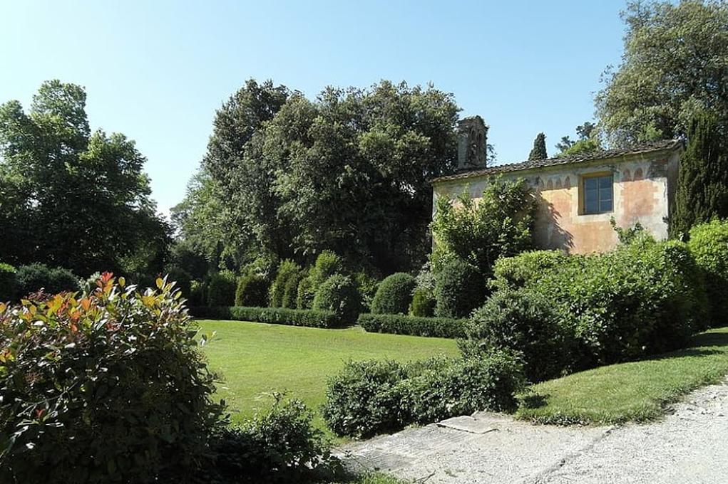 Основные цвета сада в итальянском стиле можно чудесно дополнить всеми красками природы.