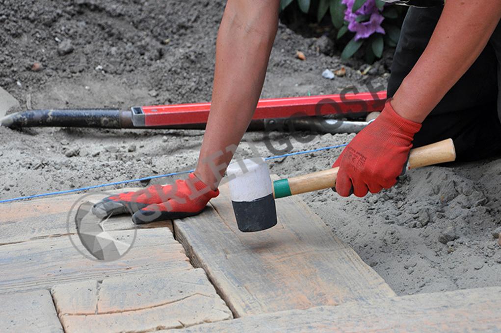 Процесс укладки бетонной брусчатки на цементно-песчаной основание