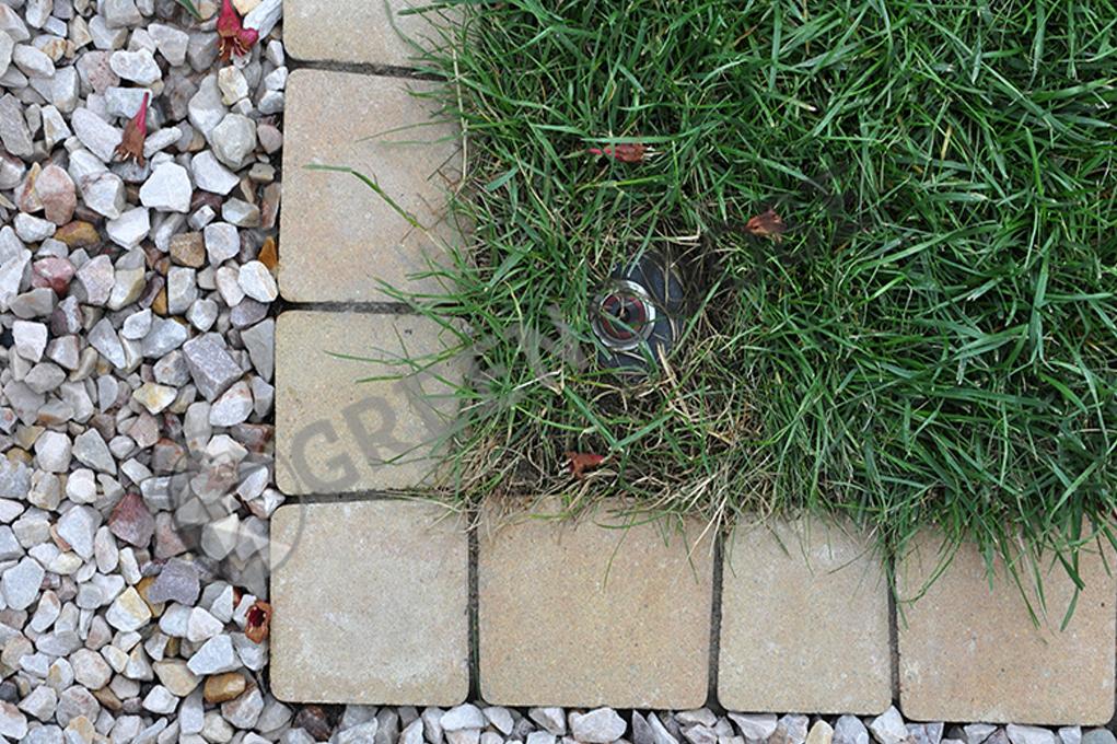 Обустройство края газона в виде бордюра из брусчатки