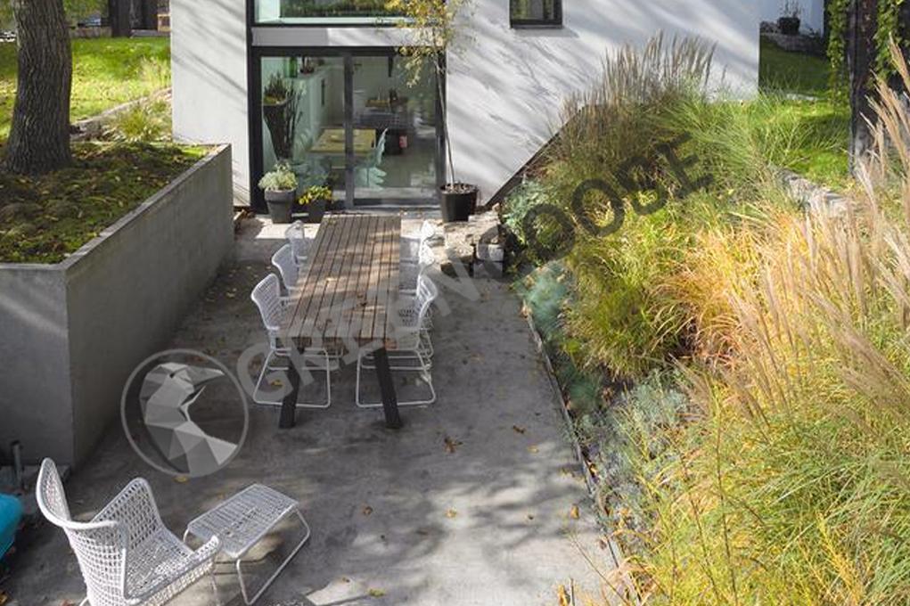 Уютный, естественный и скрытый уголок можно устроить в небольшом углублении рядом с террасой.