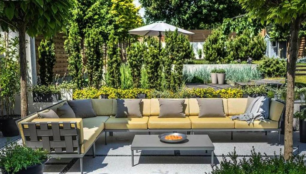 Практичная и удобная мебель гармонирующая с пейзажем