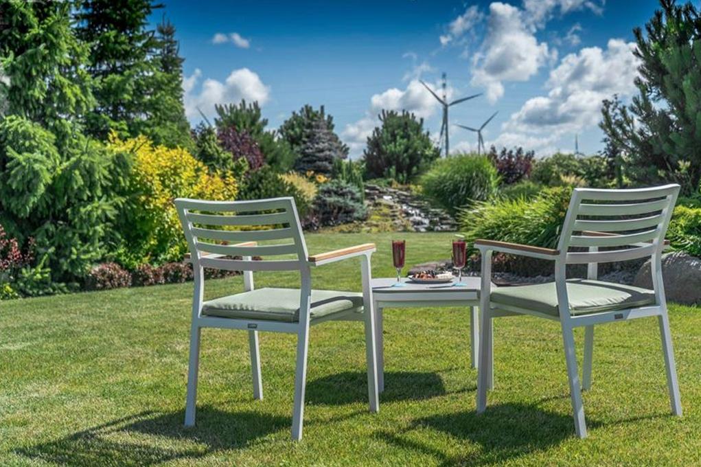 Легкая мебель из практичных материалов позволит устраивать зону отдыха в любом месте вашего участка в зависимости от погодных условий